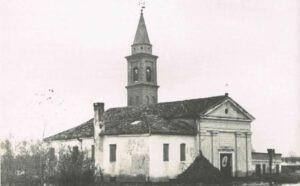 L'acqua copre il piano terra della canonica anche la chiesa e' particolarmente sommersa. foto Levisaro