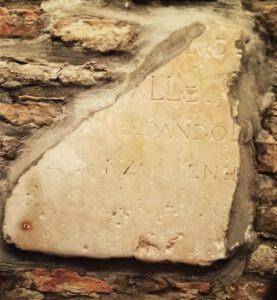 Frammento della pietra commemorativa trovata nel restauro del locale Ai scalini