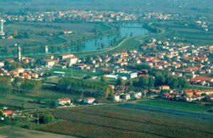 Veduta area di San Martino di Venezze (polesine) l'Adige, e il paese di Anguillara (padovano) foto web